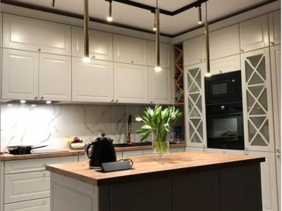 Szynoprzewody w kuchni – złote lampy tuby ELBRUS ARGON T-RACK nad kuchenną wyspą