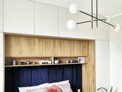 Czarno-złota lampa wisząca z kulkami w sypialni podwarszawskiego mieszkania